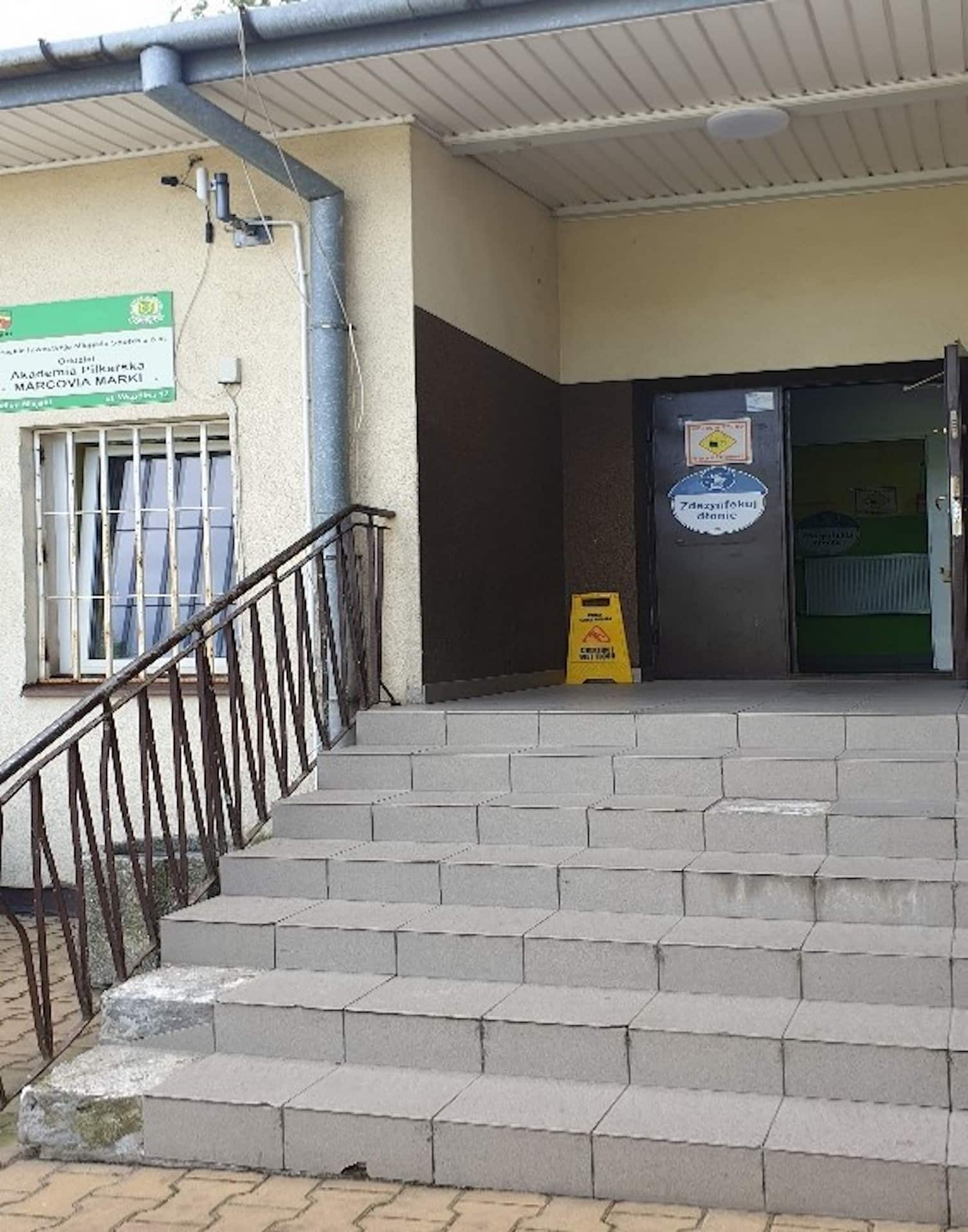 Wejście do budynku MKS Marcovia Marki