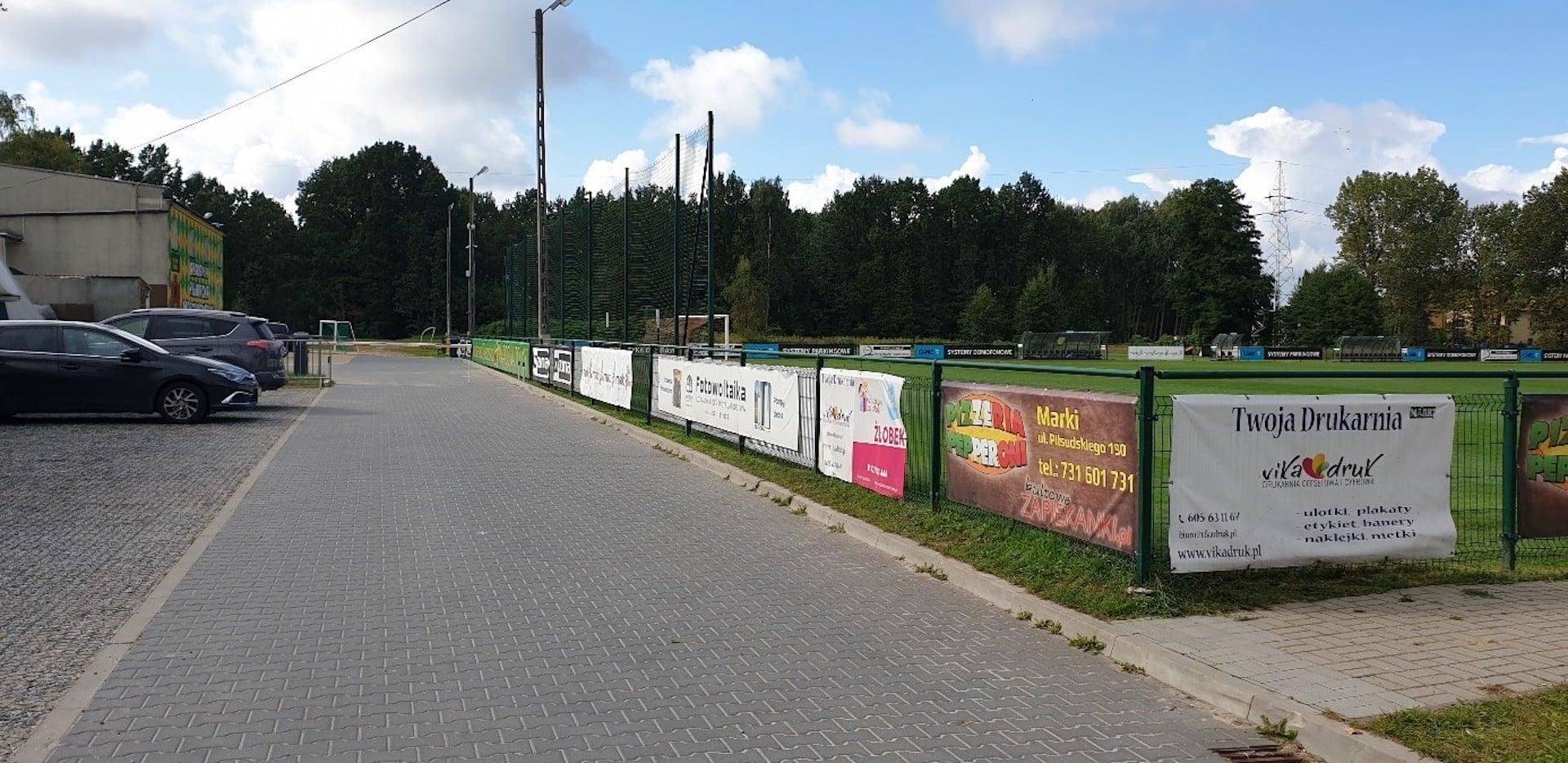 Teren i droga dojazdowa prowadzący do budynku Akademii Piłkarskiej MKS Marcovia Marki