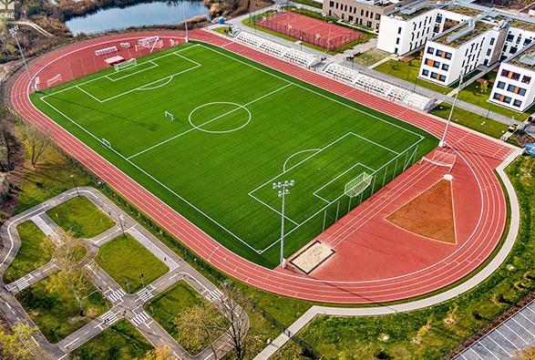 Pełnowymiarowe boisko piłkarskie ze sztuczną nawierzchnią